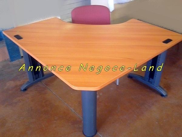 Beau bureau en bois arrondi